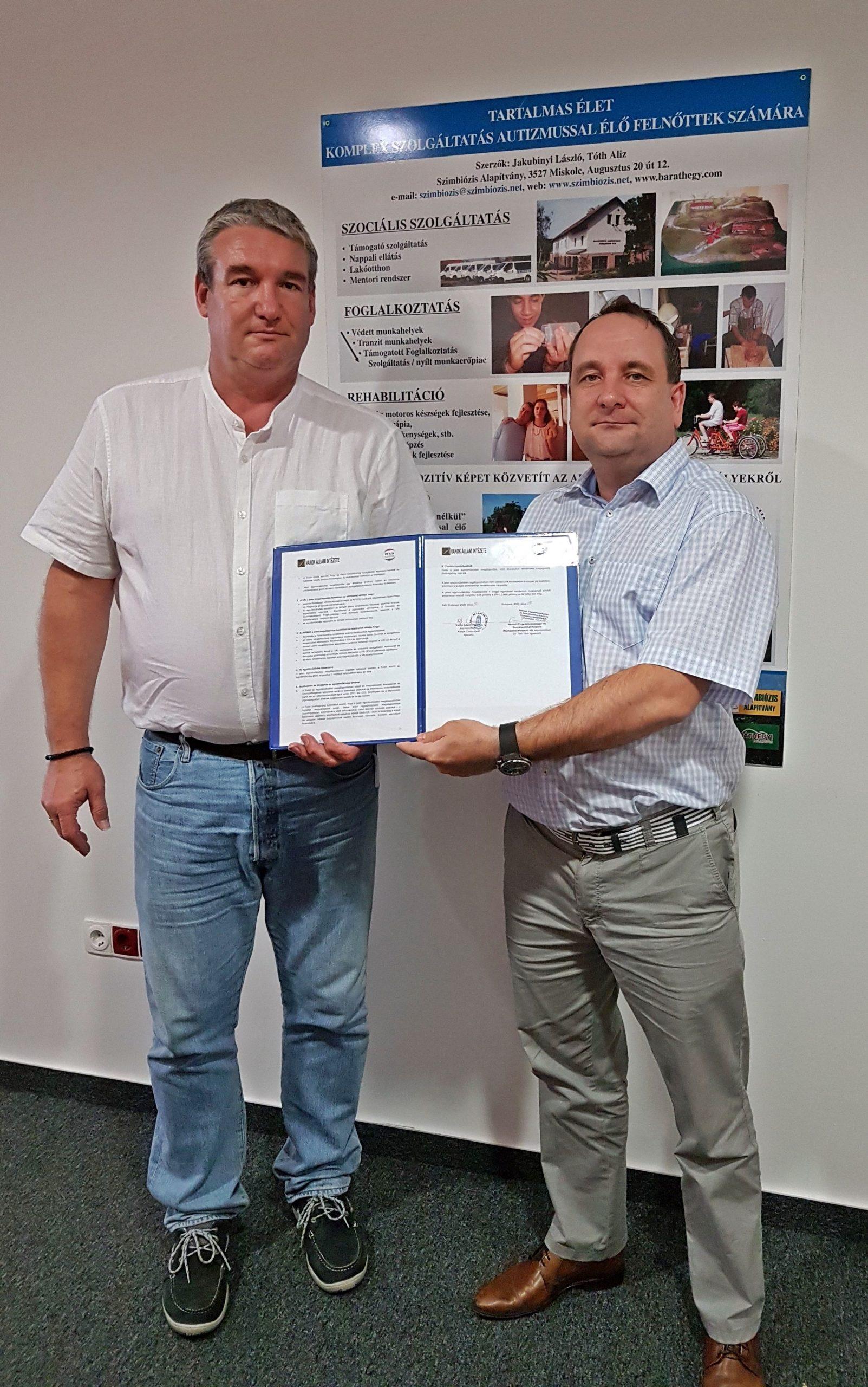 Kanyik Csaba és Tóth Tibor az aláírása után a együttműködési dokumentumot tartják a kamera felé